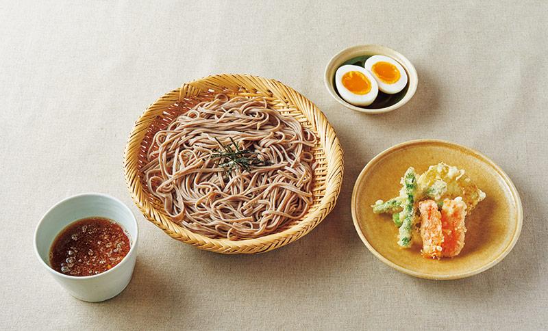 画像: 左から時計回り:ざるそば/半熟卵/にんじん、アスパラ、じゃがいもの野菜天