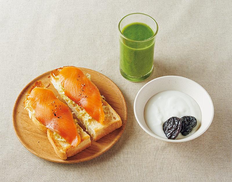 画像: 左から時計回り:トースト キャベツのコールスロー、スモークサーモンのせ/野菜とフルーツのスムージー、ヨーグルト プルーンのせ