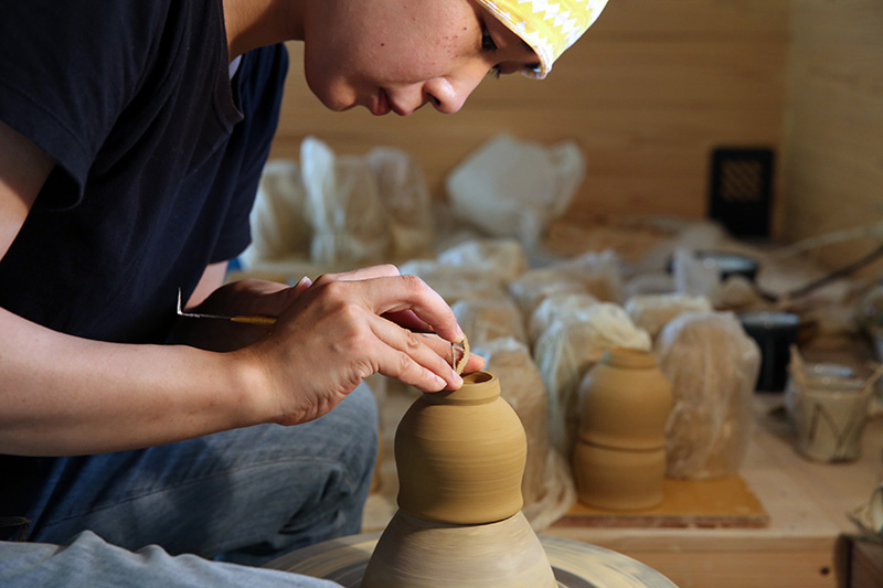 画像: 娘の裕代さんは、沖縄県読谷村にある北窯の松田共司氏に師事した後、延興寺に戻り、清志さんとともに作陶に励んでいる