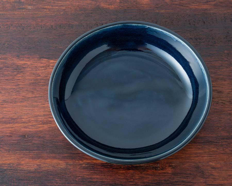 画像: 今回のプレゼント「瑠璃釉楕円皿」。瑠璃の釉薬が美しく、温かみのある風合い