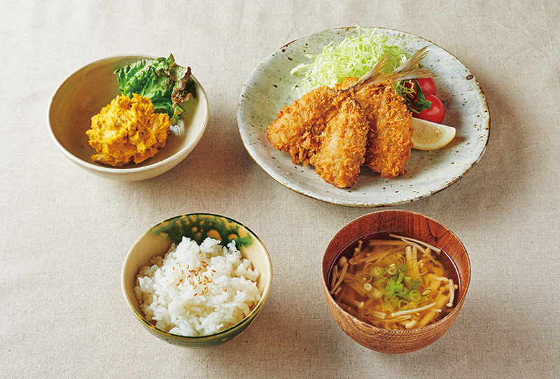 画像: 左上から時計回り:カレー風味のかぼちゃのサラダ/あじフライ キャベツ、トマト、レモン添え/えのきの味噌汁/ごはん