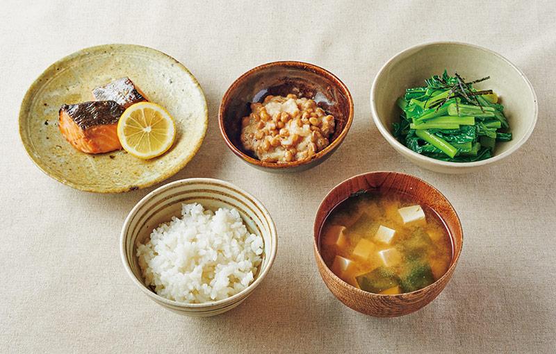 画像: 左上から時計回り:さけの幽庵焼き/納豆のおろしあえ/小松菜のナムル きざみのり添え/豆腐とわかめの味噌汁/ごはん