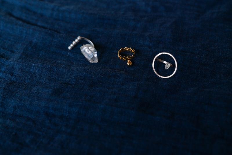 画像: 花里さんのインスピレーションから制作されるジュエリー。 左)5つの魂をモチーフにしたリングHAHA 中央)紙垂(神社の注連縄や玉串についている白い紙)の作法をモチーフにしたリングINORI 右)「ひとつのテンからはじまる」がテーマのリングMEGURUU *ジュエリーのオーダーはプロフィールのサイトを参照ください。
