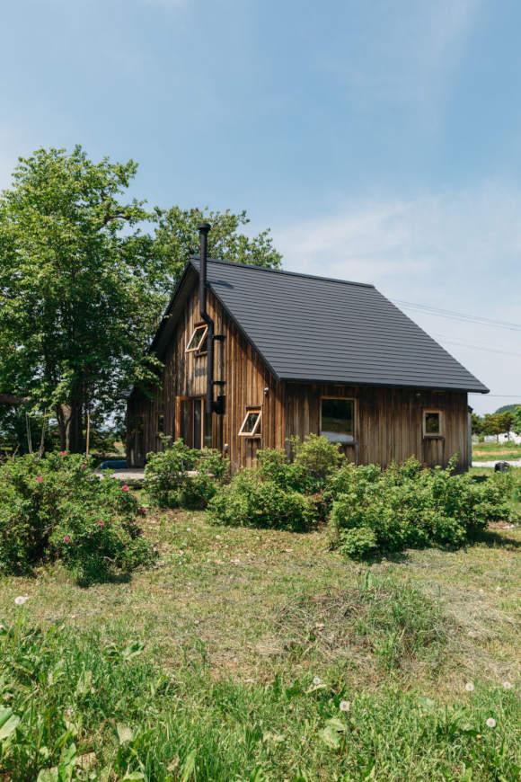 画像: 住まいは、友人の手も借りながら、清水さんが築50年の古家をリノベーションした