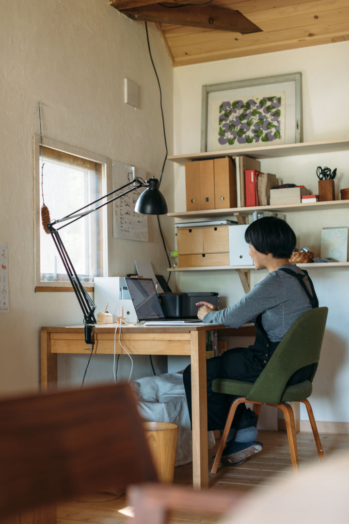 画像: 北海道の住まいでは、リビングの端に自分の仕事場を設けた。平日の午前中はここで仕事に向かう