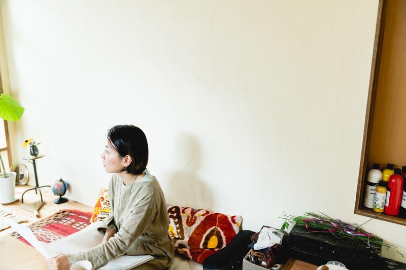 画像: 写真は、花里さん。リーディングのセッションや、お絵描き教室を開催するアトリエを住居の一角にリノベーションし、現在小学校3年生の一人娘と二人暮らし。