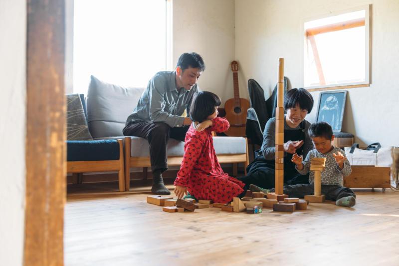 画像: 家族だんらんのひととき。この日はつみきで大盛り上がり。弟くんもだいぶ上達した