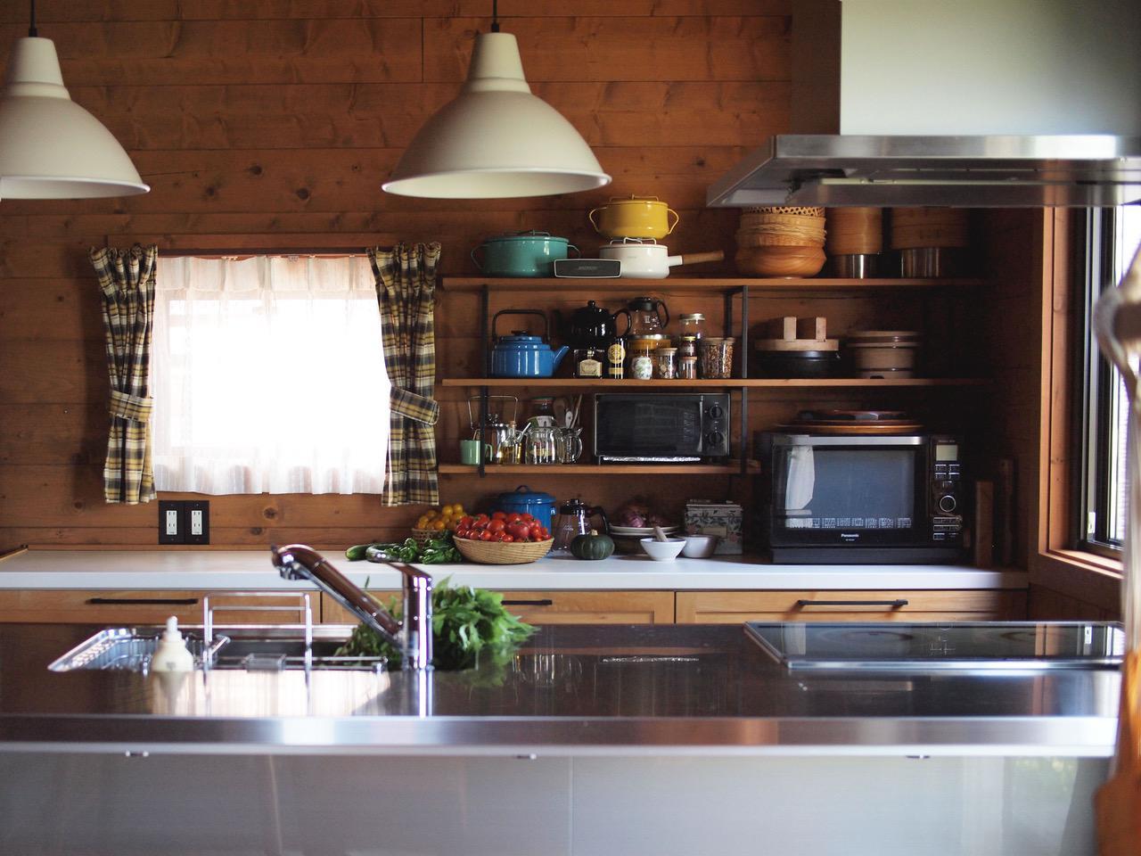 画像: 棚はDIYで。黄色いチェック柄のカーテンも自作しました