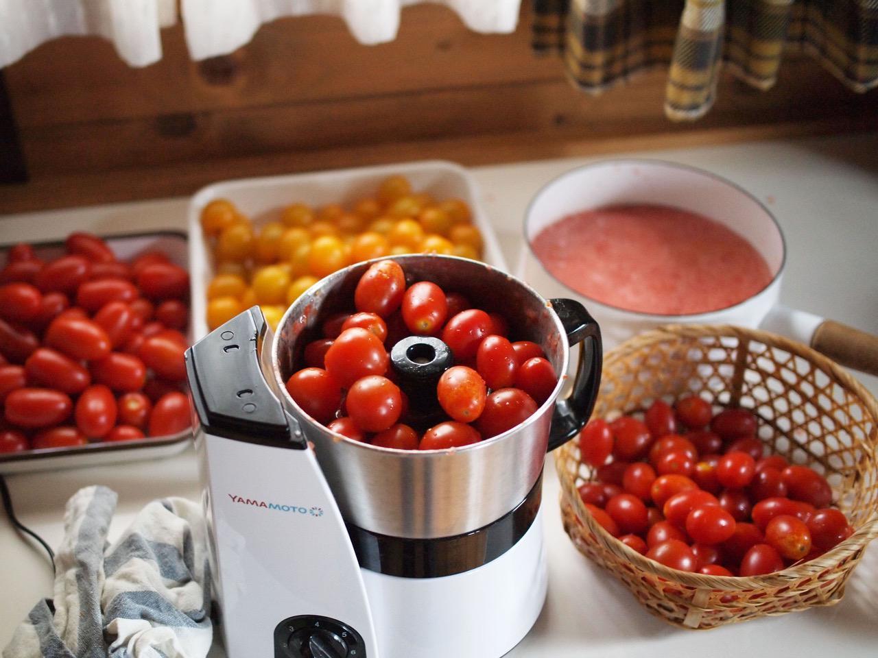 画像: 鍋がいっぱいになるまで、フードプロセッサーですり潰す。真っ赤な方が食欲をそそるので、黄色いトマトはほどほどに