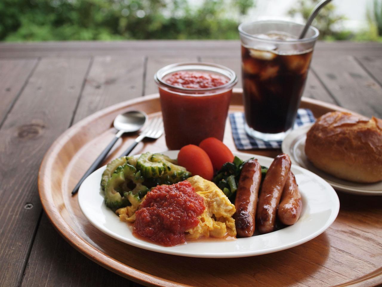 画像: 庭でお昼ごはん。スクランブルエッグにたっぷり添えていただきます