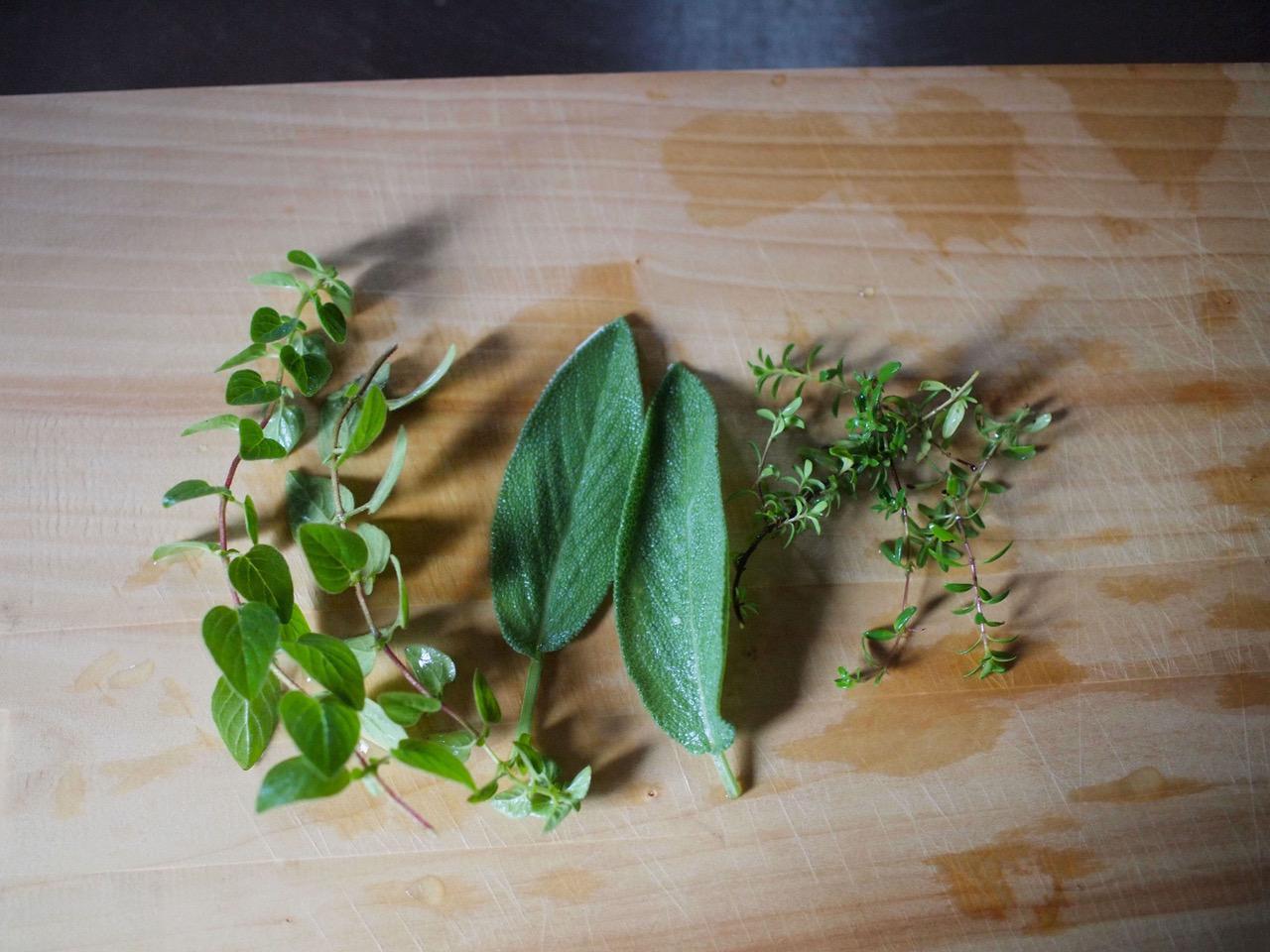 画像: 今回入れた庭の摘みたてハーブ。左からオレガノ、セージ、タイム。煮詰めるときにはローリエも3~4枚入れます