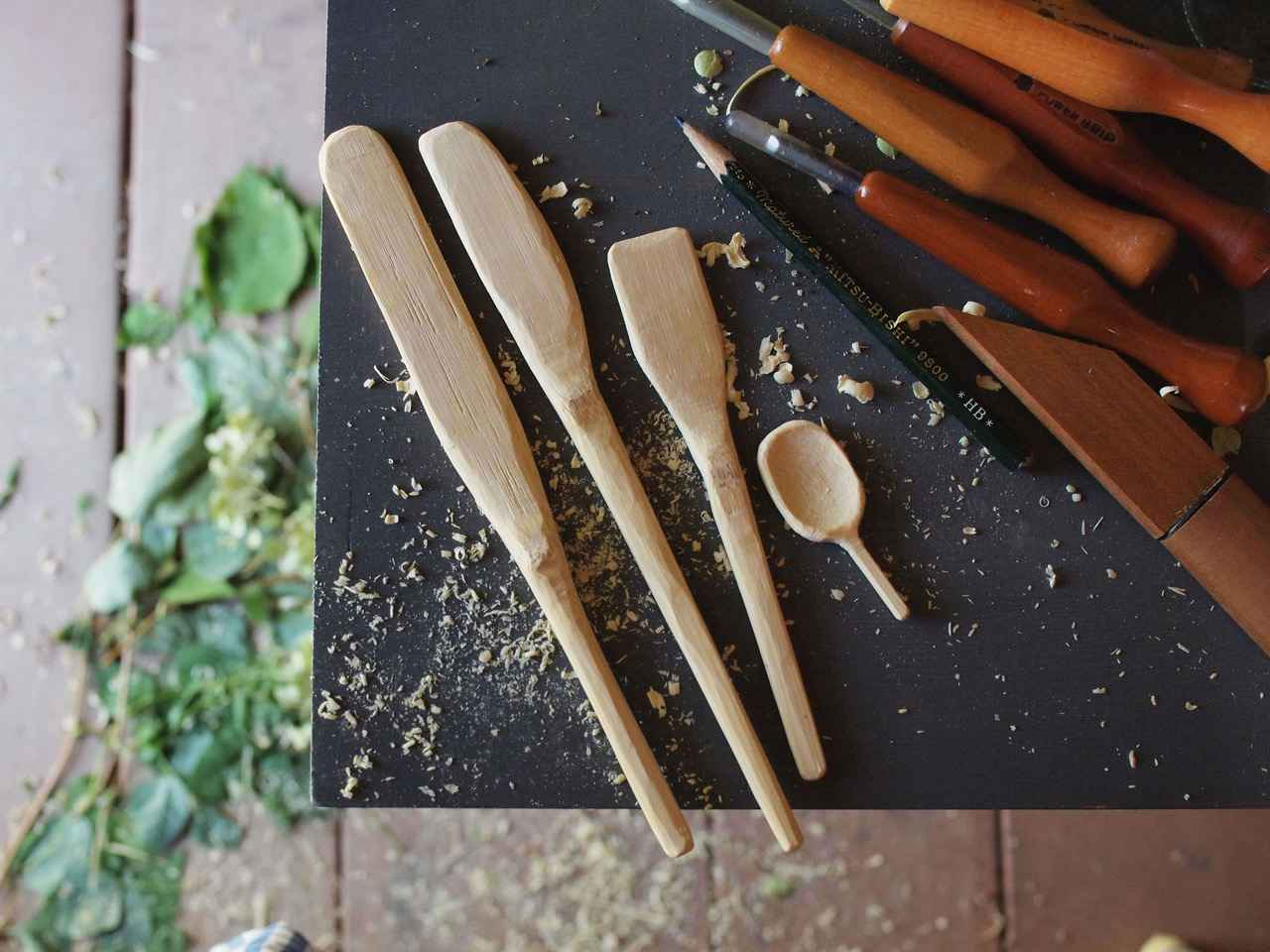 画像: いろんな形をつくってみました。庭の小屋の中での作業なら、木くずがいくら落ちても平気で快適。左端のヘラは、餃子づくりで活躍