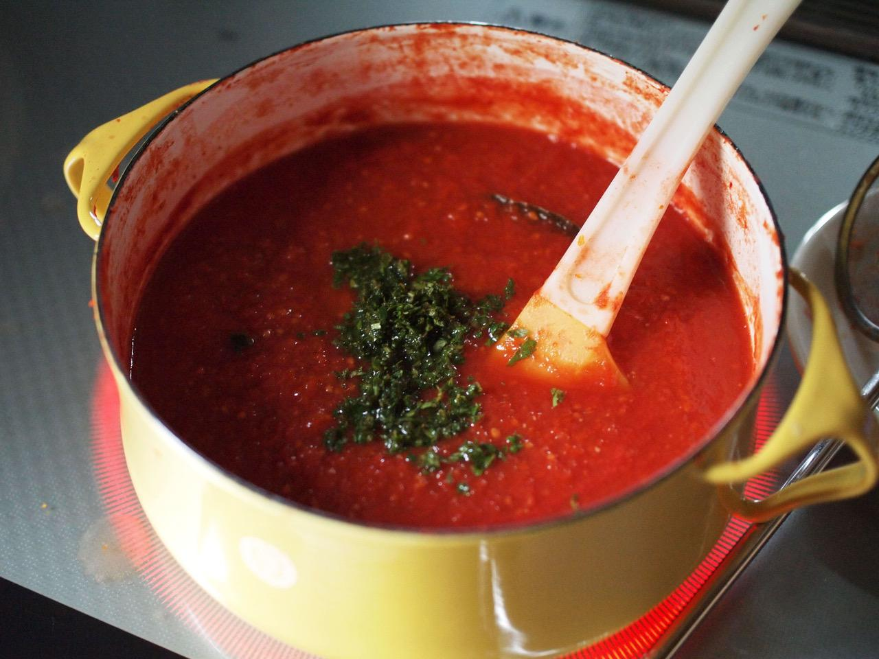 画像: 内側が白い琺瑯の鍋だと、色や量が確認しやすくて便利です