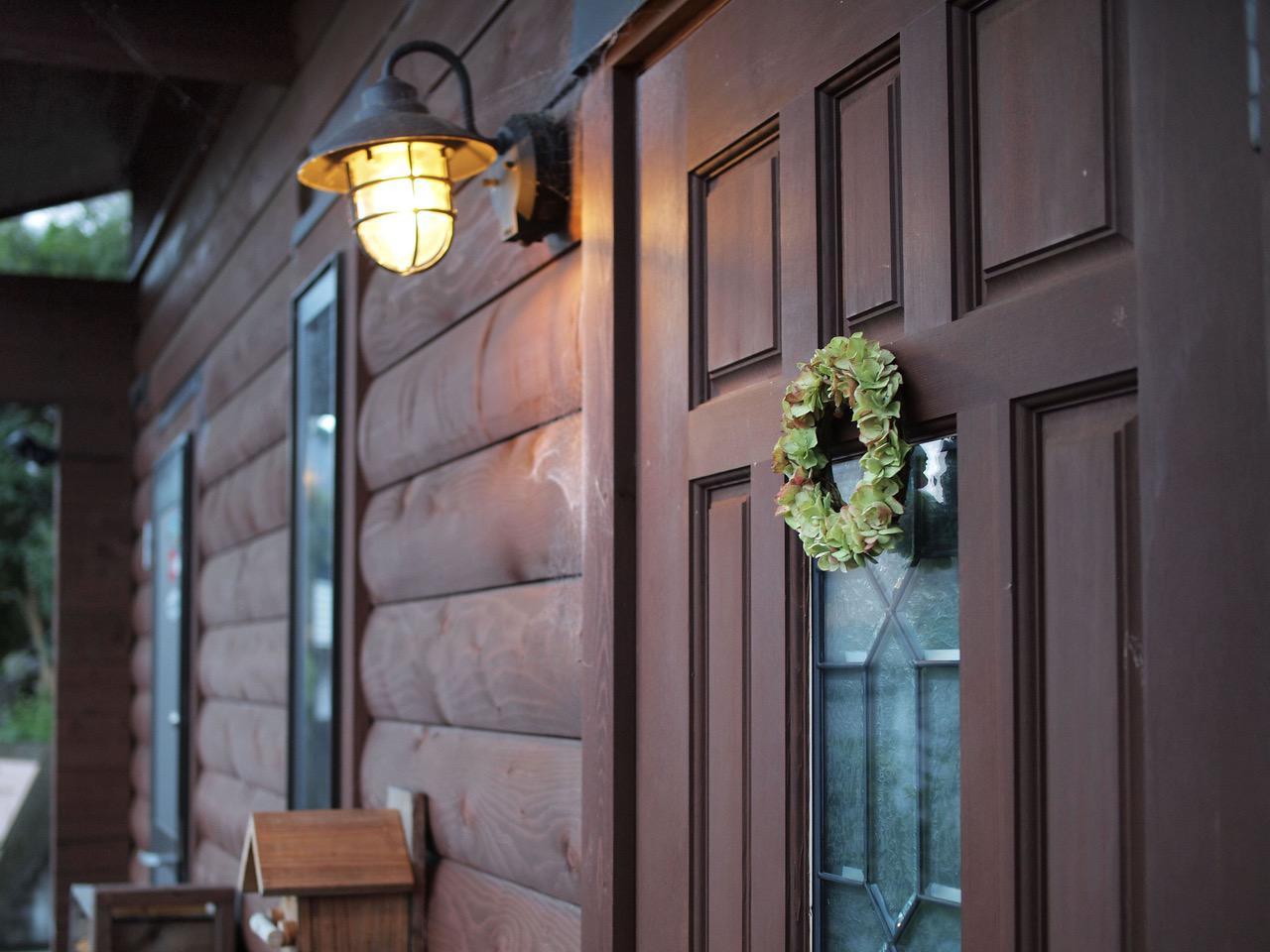 画像: 玄関扉に飾ることも。外に飾ると劣化が早まるので、長く楽しみたいときは直射日光の当たらない室内に飾るのがおすすめ