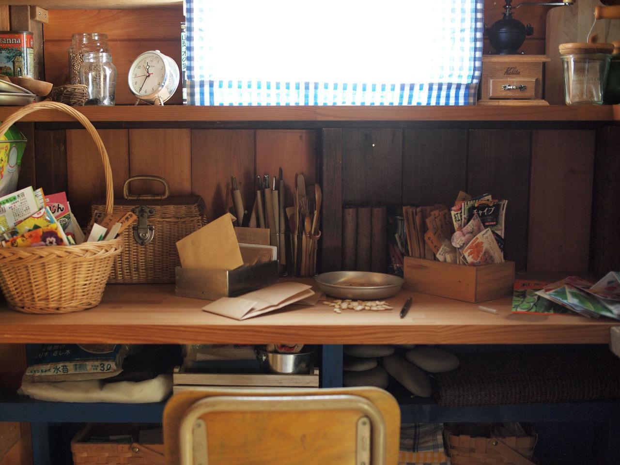 画像: 小屋で種の仕分け作業。保管する袋がビニール製だとカビの原因になるので、封筒状に折りたたんだ紙の袋で保管しています