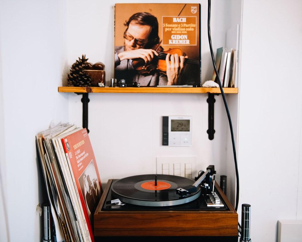 画像: 「写真は大の苦手」という吉田さんの代わりに、愛用するビンテージのレコードプレーヤーを掲載。店内には心地よいクラシック音楽がいつも流れています