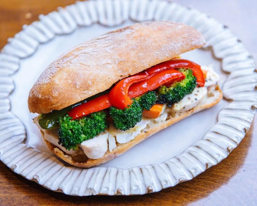 画像: 大山鶏の旨味と野菜の香ばしさが、滋味深いパンとマッチ。味付けは、自家製ハニーマスタードソースでシンプルに