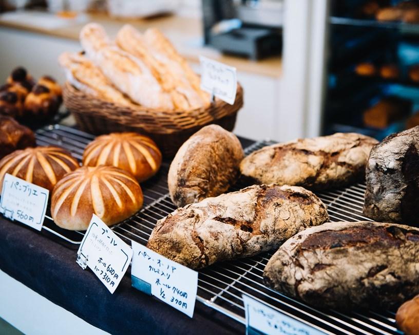 画像: 国産小麦を使って焼き上げた滋味深いパンが並びます