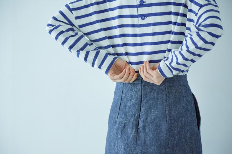 画像: 後ろコンシールファスナーあきの、体に沿うタイトなシルエットのスカート