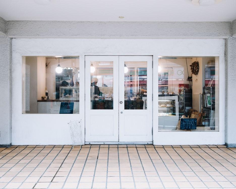 画像: マンションの1階部分に数店舗が軒を連ね、その一画にあります