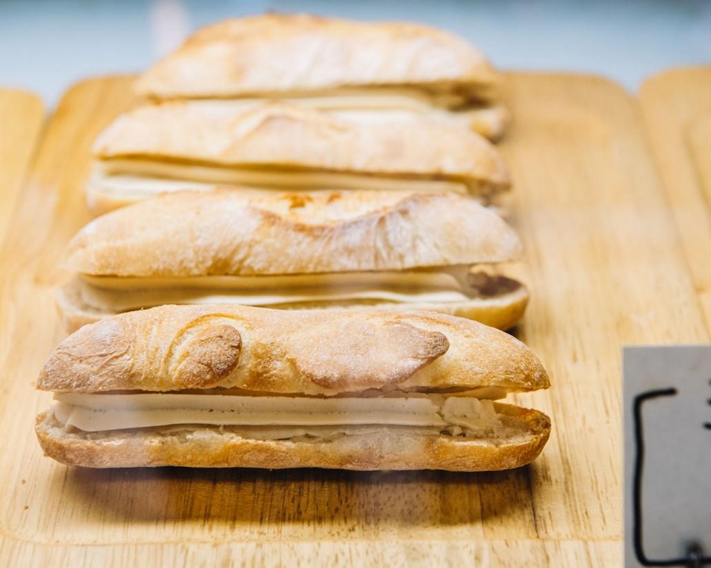 画像: パンに使うジャムやクリームも基本手づくり。ミルククリームたっぷりの「ミルクフランス」も人気の品