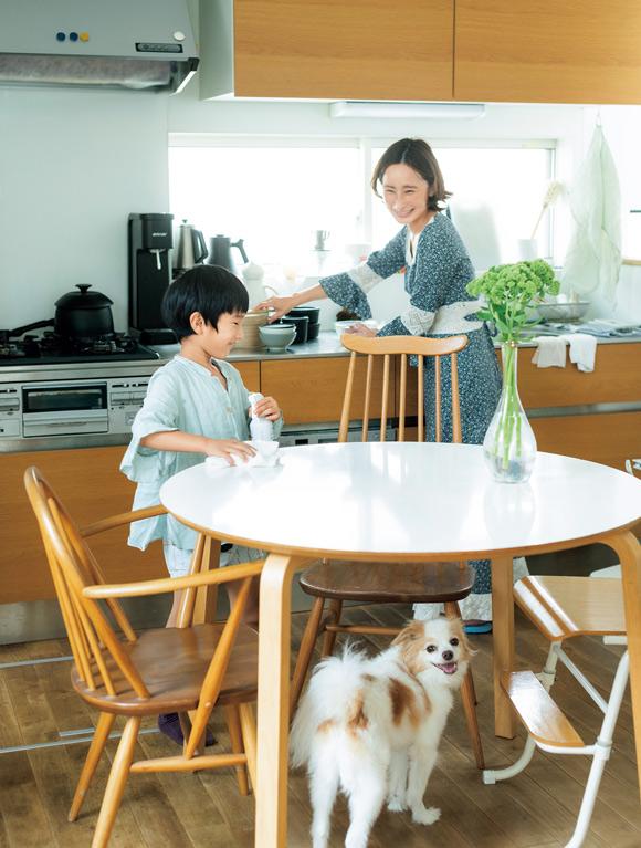画像: やさしい成分のふきふきせっけんバブルガードは、子どもやペットのいる家庭にもぴったり。「これなら息子が使っても安心なのでお手伝いを頼めます」とよしいさんもにっこり