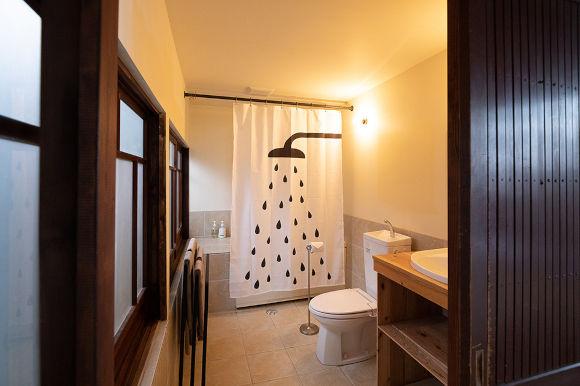 画像: 2階の客室。バスルームとトイレ付きで、快適