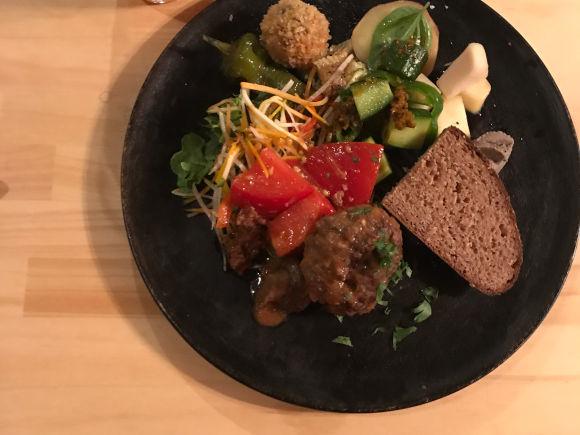 画像: 「狩猟の営み・観て味わうお話し会」にて、「寒山拾得」清水さんの鹿肉と猪肉を使い、三重・亀山「ひのめ」のシェフが美味しいひと皿に。食後、映像を見ながらお話会を。広い空間だからできること