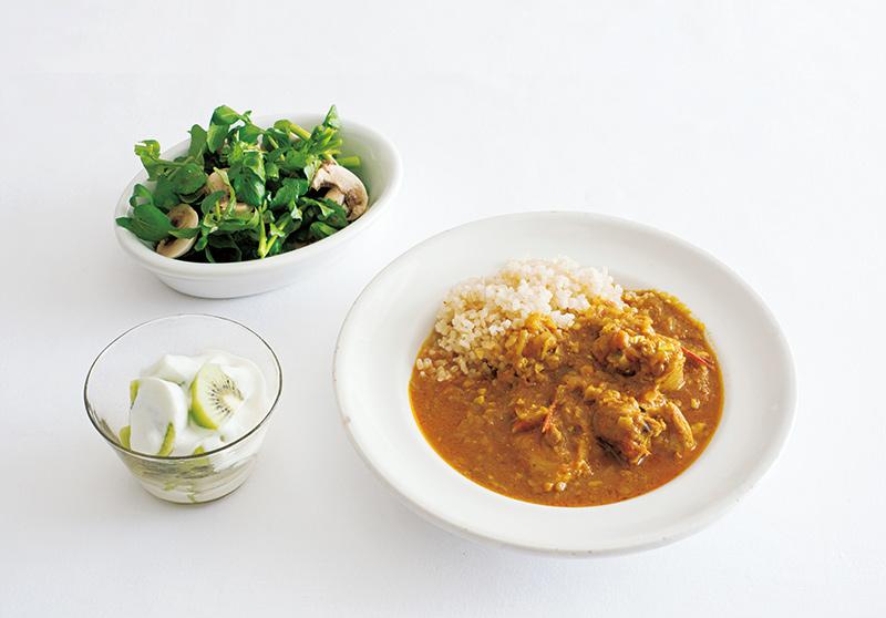 画像: 左上から時計回り:クレソンとマッシュルームのサラダ アンチョビ風味/チキンカレー/キウイヨーグルト