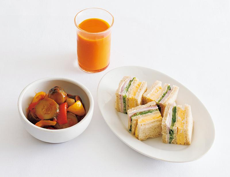 画像: 左から時計回り:ラタトゥイユ/野菜ジュース/玉子サンド&ハムサンド
