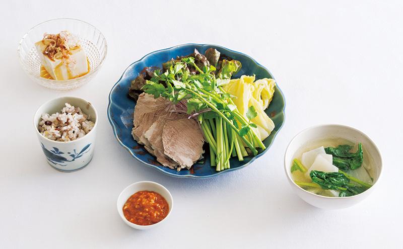 画像: 左上から時計回り:冷や奴 みょうがとしょうがのせ/豚肉の野菜包み/ゆで豚の煮汁でかぶのスープ/雑穀ごはん