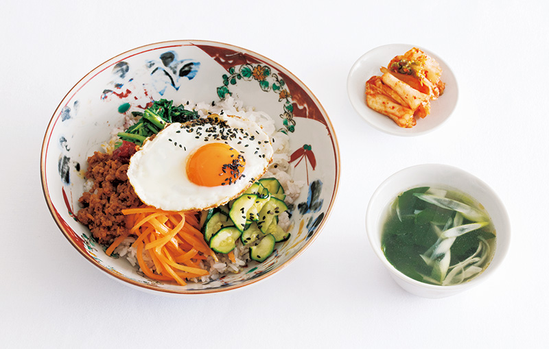 画像: 左から時計回り:ビビンバ/キムチ/わかめスープ
