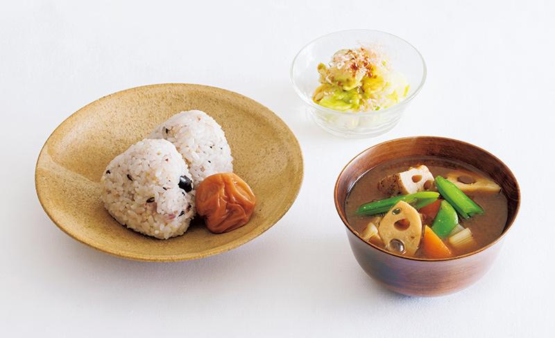 画像: 左から時計回り:雑穀ごはんのおむすび、梅干し/春キャベツの浅漬け/れんこん、にんじん、長ねぎの味噌汁