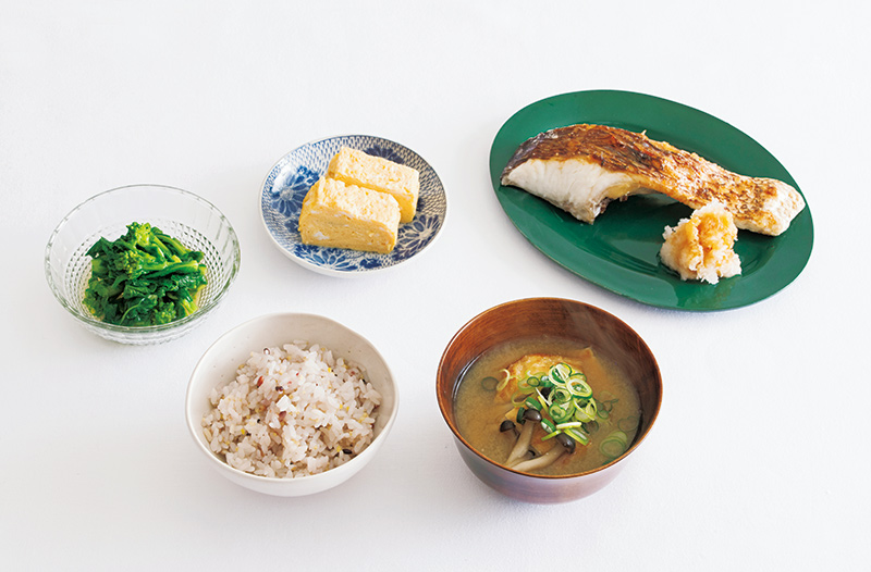 画像: 左から時計回り:菜の花のおひたし/玉子焼き/鯛の塩焼き 大根おろし添え/油揚げとしめじ、ねぎの味噌汁/雑穀ごはん