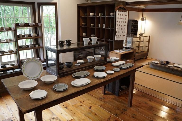 画像: 奥の畳敷きの部屋にはシンプル&渋めの器を、フローリングにはかわいめの器を展示するのが決まりごと