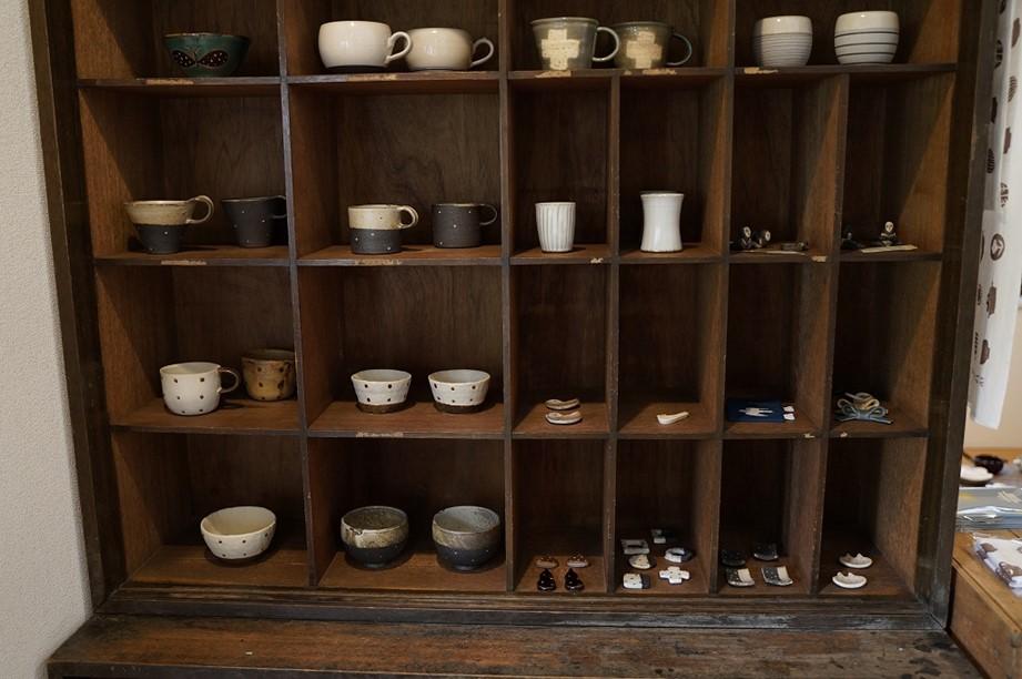 画像: 「素人でお店を始めたもんですから、幅を広げないようにと思って」と、ガラスや木工は置かず、土物だけを扱います