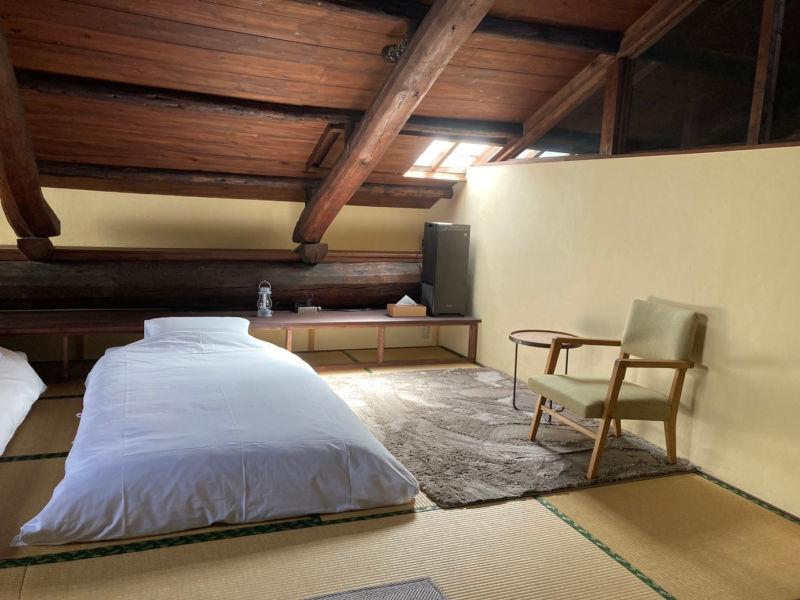 画像: 2階のゲストルーム。屋根裏部屋のような、落ち着く空間。バスルーム・トイレ付き