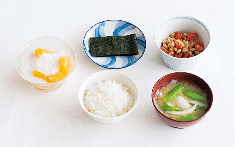 画像: 左から時計回り:オレンジ+ヨーグルト 麹の甘酒入り/焼きのり/納豆のトマトあえ/玉ねぎとスナップえんどうの味噌汁/ごはん(120g)
