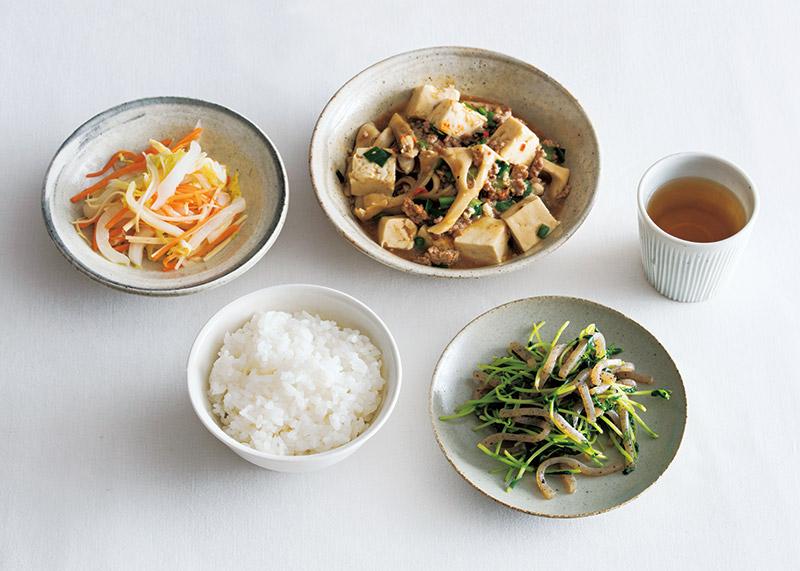 画像: 左上から時計回り:白菜のラーパーツァイ風/まいたけマーボー豆腐 甘酒入り/お茶/豆苗、糸こんにゃくのソテー/ごはん