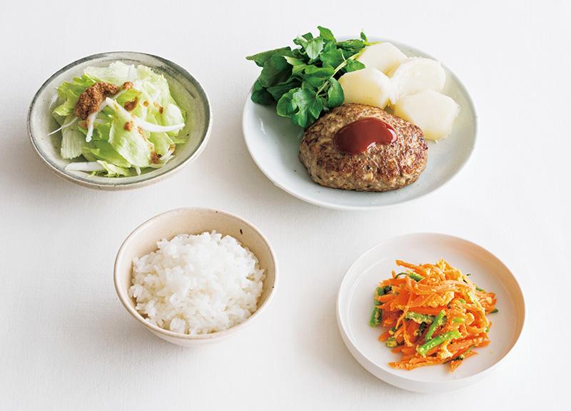 画像: 左上から時計回り:レタスと玉ねぎのサラダ/豚ひき肉とマッシュルームのハンバーグ/クレソンとにんじんの玉子炒め/ごはん
