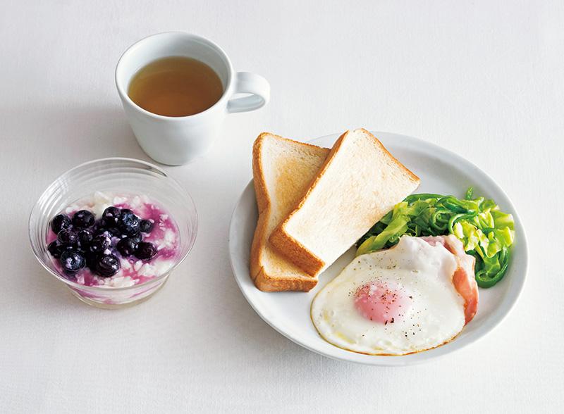 画像: 左から時計回り:ブルーベリー+ヨーグルト甘酒入り/紅茶/トースト、キャベツピーマン炒め、ハムエッグ