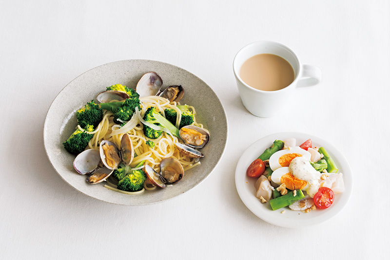 画像: 左から時計回り:ブロッコリーとあさりパスタ/カフェオレ/ほたて、ゆで卵のサラダ