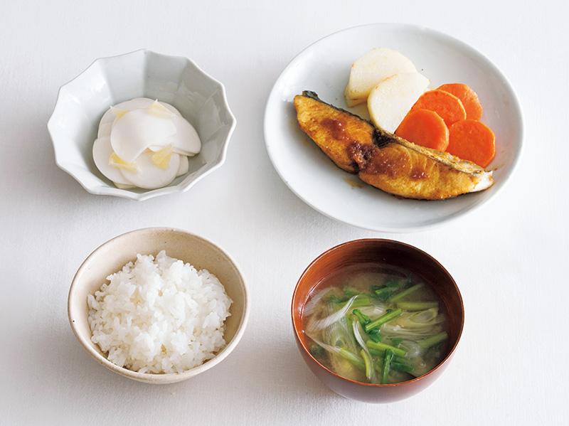 画像: 左上から時計回り:かぶの浅漬け レモン風味/さわらのカレーしょうゆ焼き にんじん、長いものソテー添え/かぶの葉と長ねぎの味噌汁/ごはん