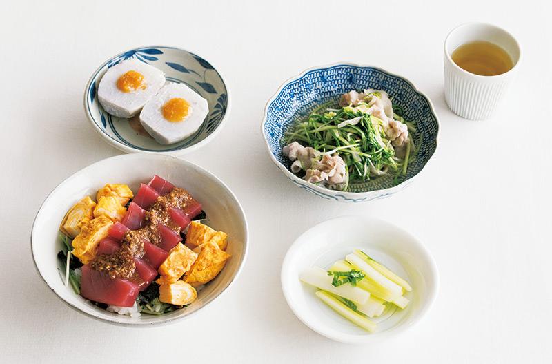 画像: 左上から時計回り:里いもの甘味噌だれ/豚しゃぶ・切り干し・水菜の煮びたし/お茶 適量/セロリの浅漬け/まぐろ、玉子のごまたれ丼