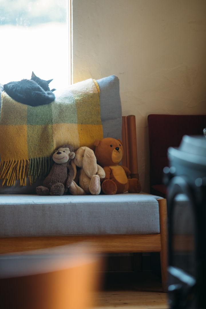 画像: セキさんちのリビングの一角。ソファには、使い込まれたぬいぐるみの幸せな風景