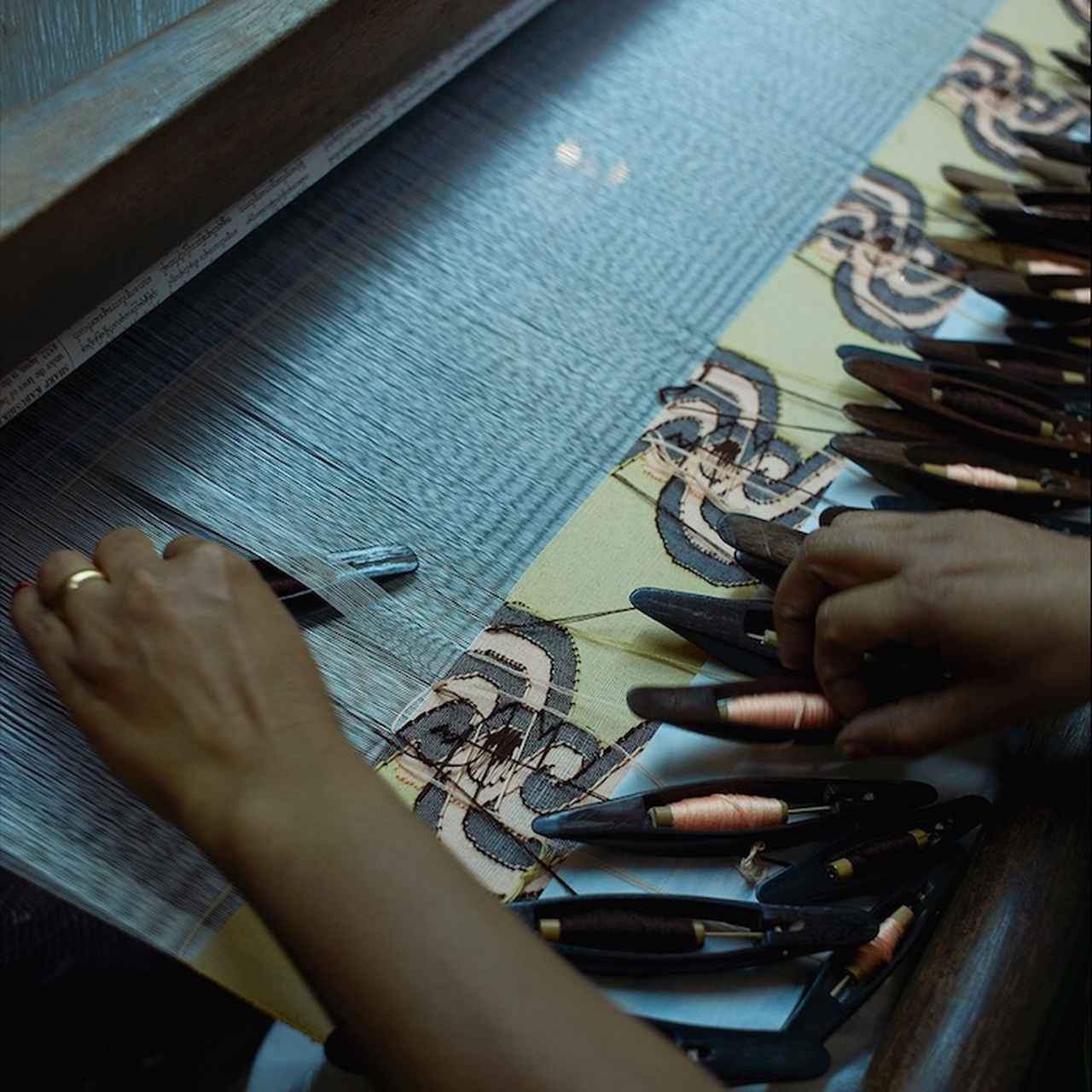 画像: 1本1本の糸を巧みに操り、美しい柄をていねいに織っていきます