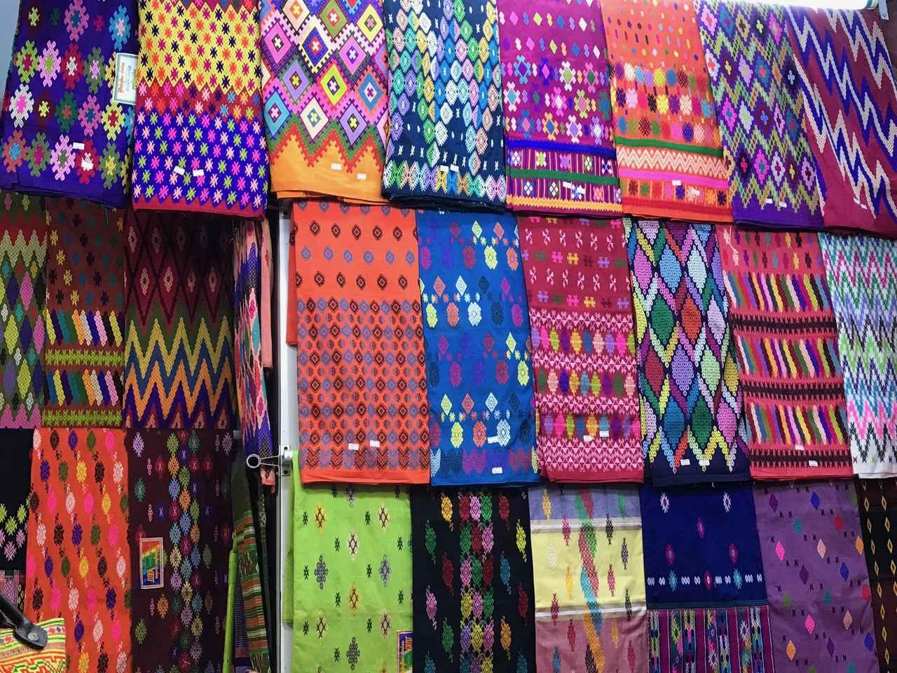 画像: マーケットの壮観な布のディスプレイ