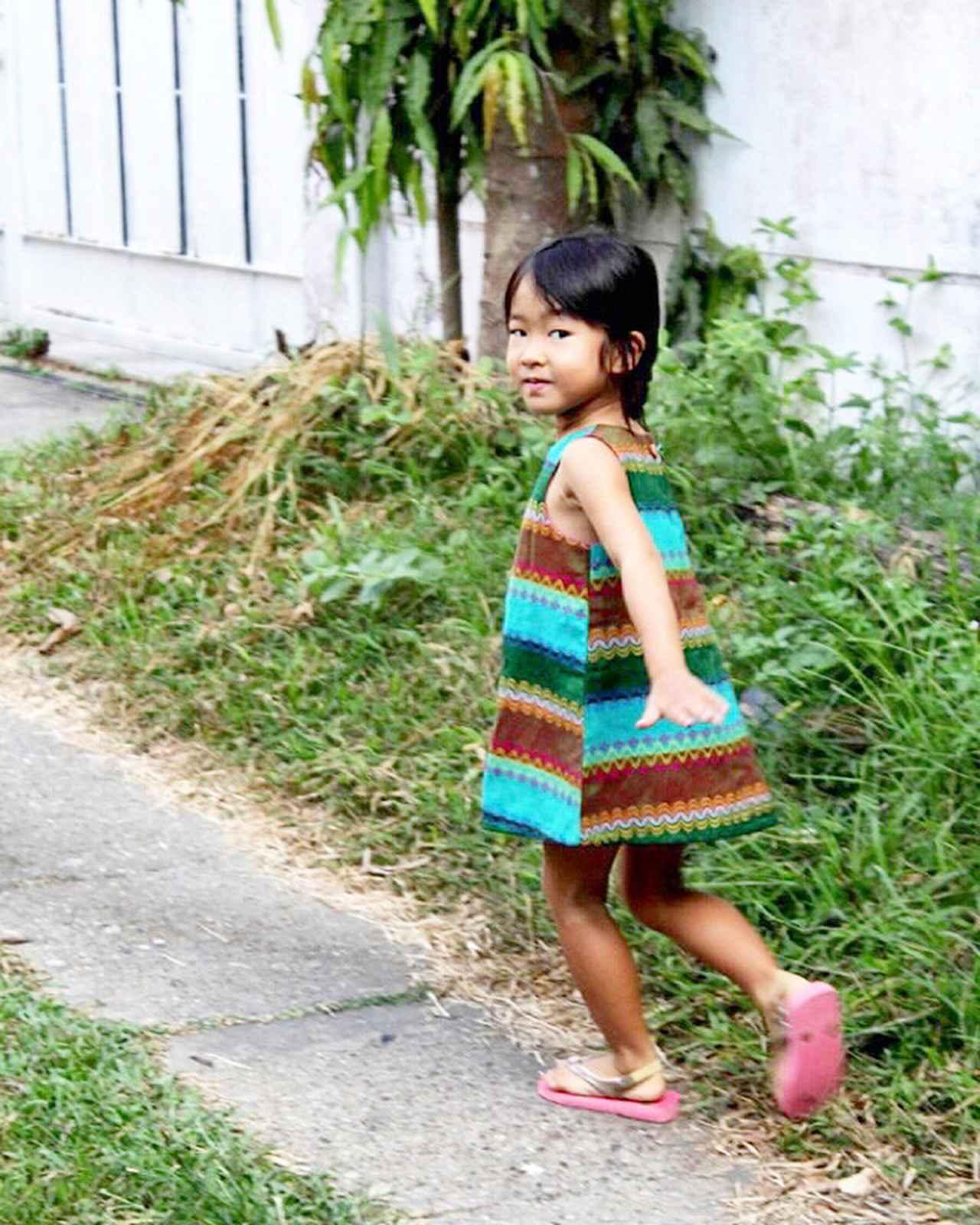 画像: 私も感化され、素敵な柄の手織りの布を見つけるたびに、娘の服をつくっていました