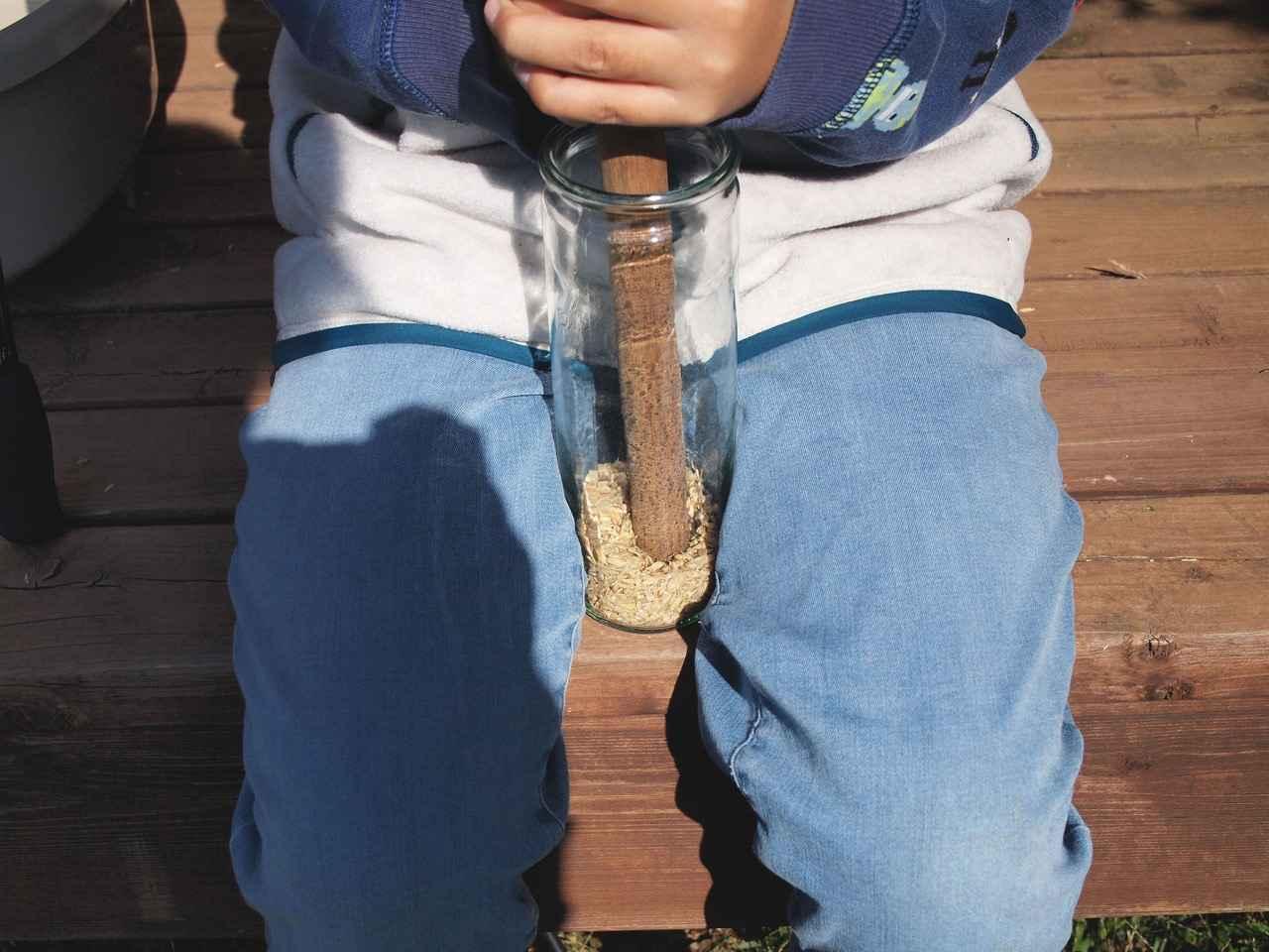 画像: 息子は、瓶に入れた籾をめん棒でとんとんと、殻取りの揉みすりを