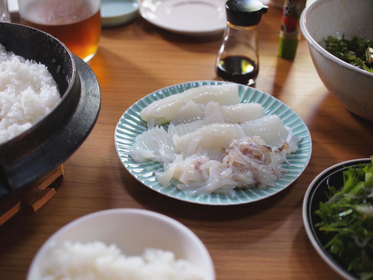 画像: 釣りの本シーズンでもある秋は、その日釣ったものが食卓に。この日はアオリイカ